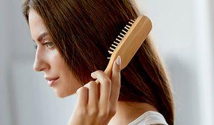 Każdego dnia niszczysz sobie włosy. Wszystko przez ten drobny zwyczaj