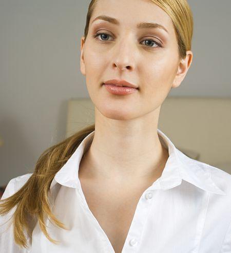 Jasne bluzki z bufiastymi rękawami lub z dekoltem w kształcie U i V