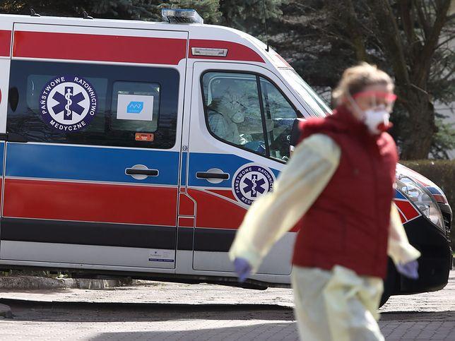Koronawirus w Polsce. Ambulans przed szpitalem zakaźnym.