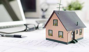 To, ile kosztuje utrzymanie domu jednorodzinnego, zależy przede wszystkim od stałych opłat (rachunków, ubezpieczeń, podatków) oraz od nakładów na ogrzewanie