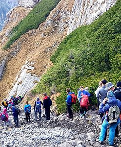 Tłumy w Tatrach. Korki na szlakach, brak miejsc na parkingach