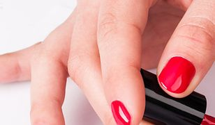 Malowanie paznokci w ciąży nie jest zakazane, jednak warto czytać skład lakierów