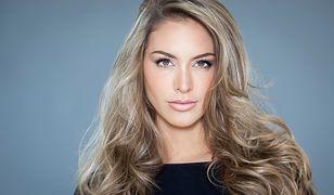 Baleyage na blond włosach daje efekt rozświetlonej i lekkiej fryzury.