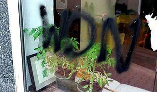 """Atak na lokal prowadzony przez autystów. Ktoś napisał """"won"""" na szybie kawiarni"""