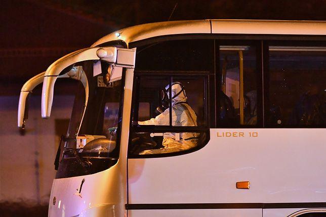 Koronawirus z Chin. Polacy zostali w niedzielę przetransportowani z Francji, gdzie wylądował samolot z Chin