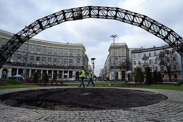"""Spalona instalacja """"Tęcza"""" na placu Zbawiciela w Warszawie"""