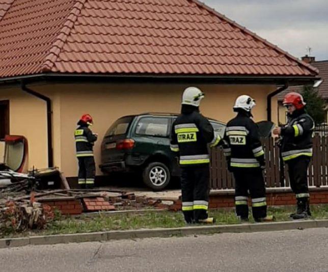 Henryszew na Mazowszu. Rozpędzone auto staranowało ogrodzenie i uderzyło w ścianę domu.