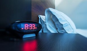 Uwagę turysty zwrócił elektroniczny budzik na stoliku nocnym, który miał niewielki otwór obok wyświetlacza (zdjęcie podglądowe)