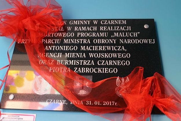 Antoni Macierewicz uwieczniony na tablicy pamiątkowej żłobka