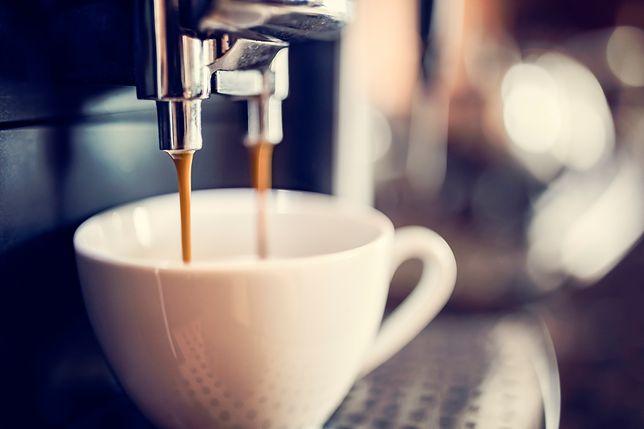 Ciśnieniowy ekspres do kawy to urządzenie dla amatorów relaksu z filiżanką aromatycznego napoju
