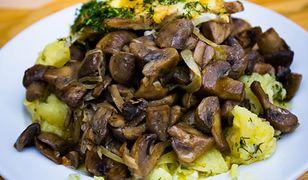 Bryzol podawano z duszoną cebulą i pieczarkami.