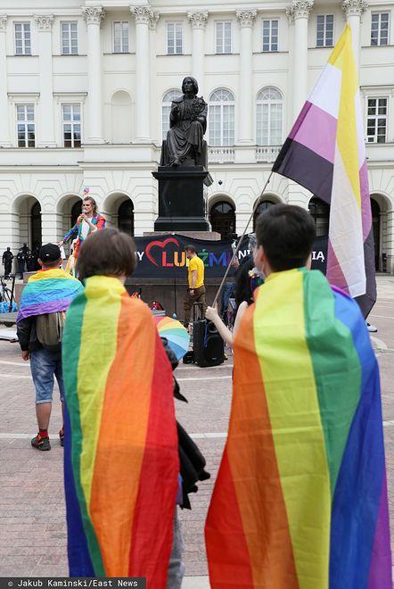 Splunął na osobę z flagę LGBT. Doszło do przepychanek na oczach policji