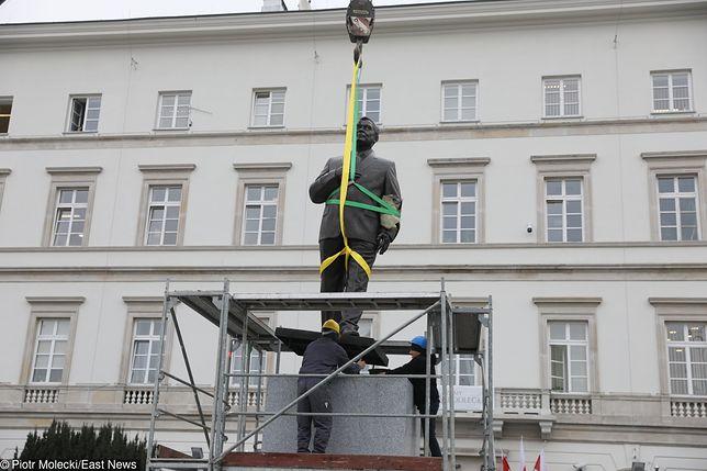 Pomnik Lecha Kaczyńskiego w trakcie montażu