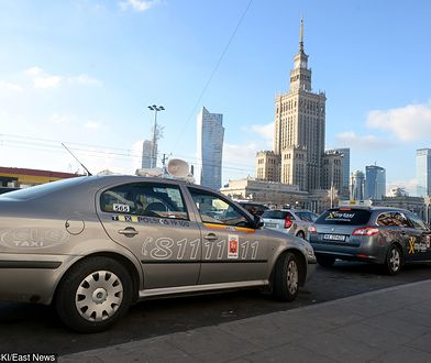 Kolumna taksówek wyjechała na stołeczne ulice w proteście przeciwko nielegalnym przewoźnikom