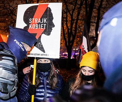 Strajk Kobiet. Policja ściągnęła flagę Polski z błyskawicą. Jest śledztwo