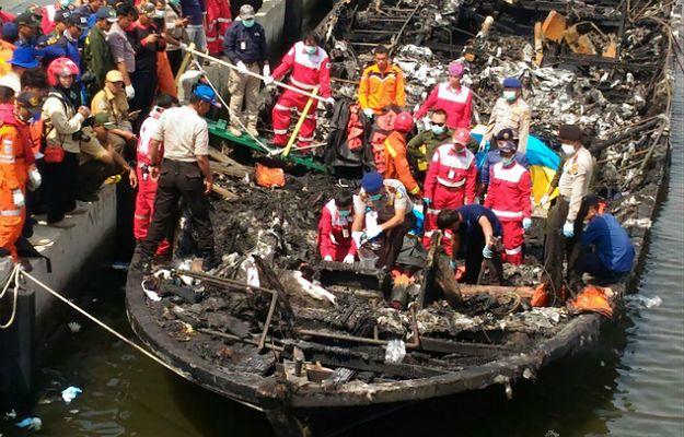 Pożar promu z turystami w Indonezji