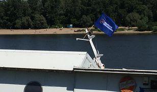 Nad Wisłą tonie barka. Ktoś zawiesił na niej flagę i baner PO