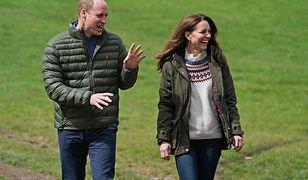 """Ekspertka od mowy ciała komentuje rocznicowe wideo Kate i Williama. """"To przytyk w kierunku Harry'ego"""""""