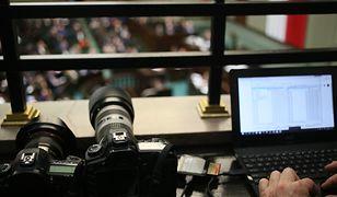 Ograniczenia dla dziennikarzy w Sejmie nie dla mediów narodowych? Protest przed Sejmem. Żakowski dla WP: ograniczają dostęp do informacji, limity jak w PRL