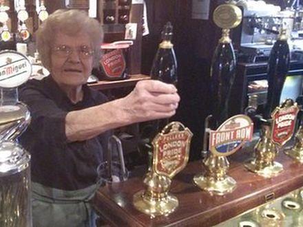 100-latka najstarszą barmanką na świecie
