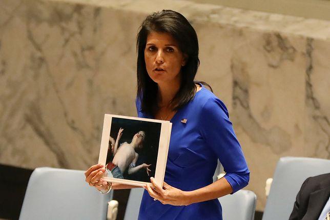 Nikki Haley podczas posiedzenia Rady Bezpieczeństwa ONZ trzyma w ręku zdjęcie ofiary ataku chemicznego w Syrii