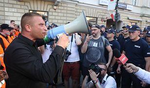 Prezes Stowarzyszenia Marsz Niepodległości i koordynator Mazowieckiej Brygady ONR Robert Bąkiewicz przemawia do zgromadzonych
