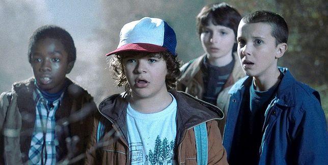 """Młodzi aktorzy na planie """"Stranger Things""""."""