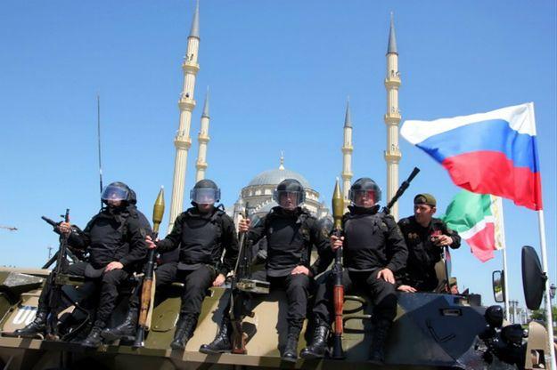 Czeczeńskie siły podczas parady w Groznym