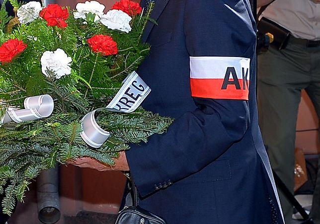 Powstanie Warszawskie – 1 sierpnia. Niemcy opuszczają flagi na znak wstydu i żałoby oraz uczczenia pamięci tysięcy ofiar Powstania Warszawskiego