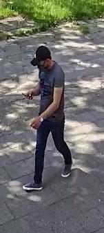Tyscy policjanci opublikowali wizerunek mężczyzny, który może mieć związek z kradzieżą pieniędzy.