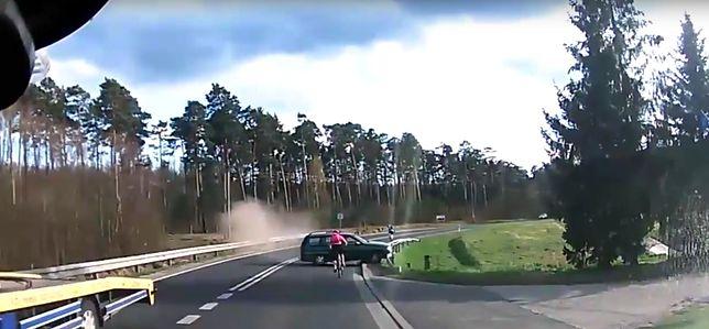 Kierujący autem Rosjanin stracił panowanie nad pojazdem i potrącił rowerzystkę