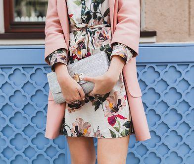 Jasna torebka i ubrania w kwiaty to idealne połączenie