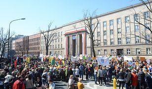 Manifestacja związkowców, nauczycieli oraz osób popierających protest przed Ministerstwem Edukacji Narodowej