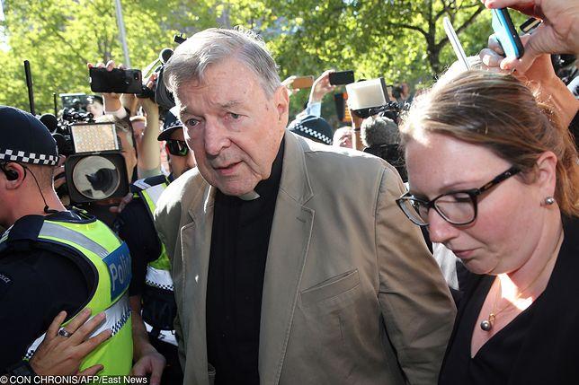 Kardynał George Pell wchodzi do sądu na rozprawę