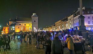 Warszawa. Tłumy na Krakowskim Przedmieściu podziwiają świąteczną iluminację
