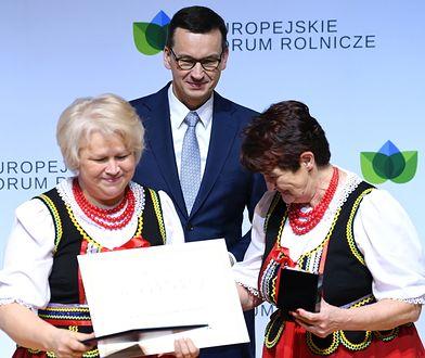 Premier Mateusz Morawiecki w trakcie wręczenia nagrody dla kół gospodyń wiejskich z różnych stron Polski