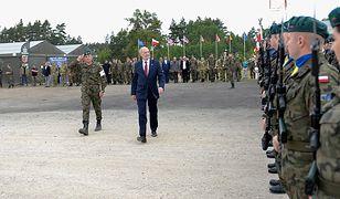 Minister obrony Antoni Macierewicz na manewrach wojskowych.