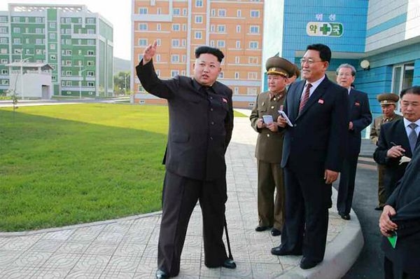 Kim Dzong Un pojawia się publicznie, podpierając się laską