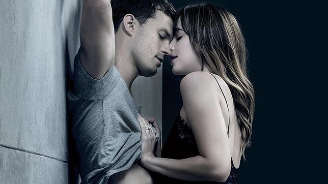 """Plakat reklamujący """"Nowe oblicze Greya"""" wygląda jak reklama perfum Armani For Him i For Her"""