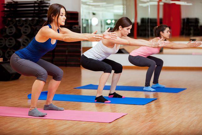 W przysiadach istotną rolę spełnia prawidłowa technika wykonywania ćwiczenia.