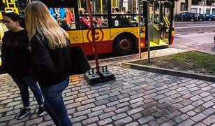 Przystanek w Warszawie. Anna na jednym znalazła rasistowskie ogłoszenia