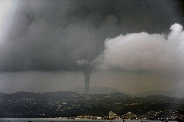 Tornado w Nicei nad Marina Baie des Anges w dniu 9 czerwca 2013 roku