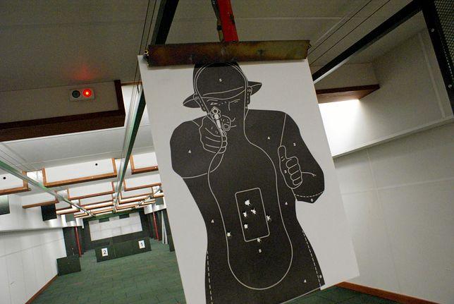Świdnica: wypadek na strzelnicy. 21-latek podrapał się w głowę nabitą bronią.