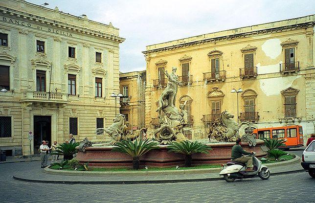 W Syrakuzach znajduje się słynna fontanna Artemidy stojąca na Placu Archimedesa