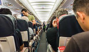 Polscy pasażerowie lubią na pokładzie samolotu spożywać alkohol, klaskać i kłócić się o miejsce w schowku na bagaż.