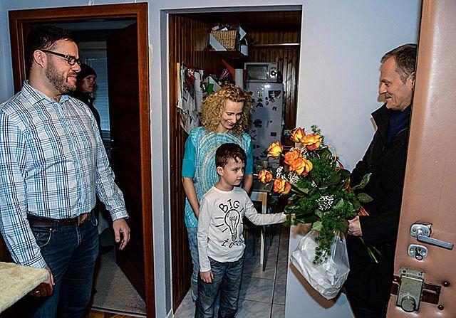 Premier w dom, BOR w dom - wizyty Tuska u Polaków