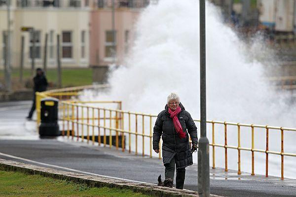 Mieszkańcy Wielkiej Brytanii odczuwają skutki bardzo silnego wiatru