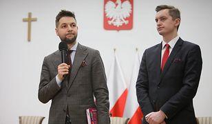 Przewodniczący komisji Patryk Jaki i wiceprzewodniczący Sebastian Kaleta podczas konferencji prasowej po niejawnym posiedzeniu komisji weryfikacyjnej w Ministerstwie Sprawiedliwości w Warszawie