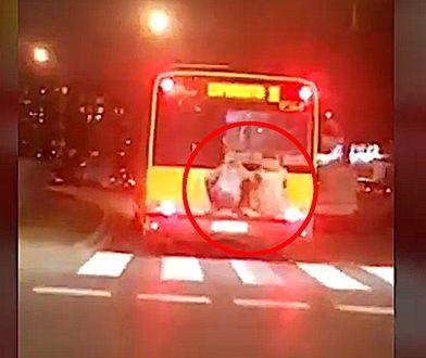 Jadący na zderzaku autobusu mężczyźni zostali nagrani przez jednego z kierowców
