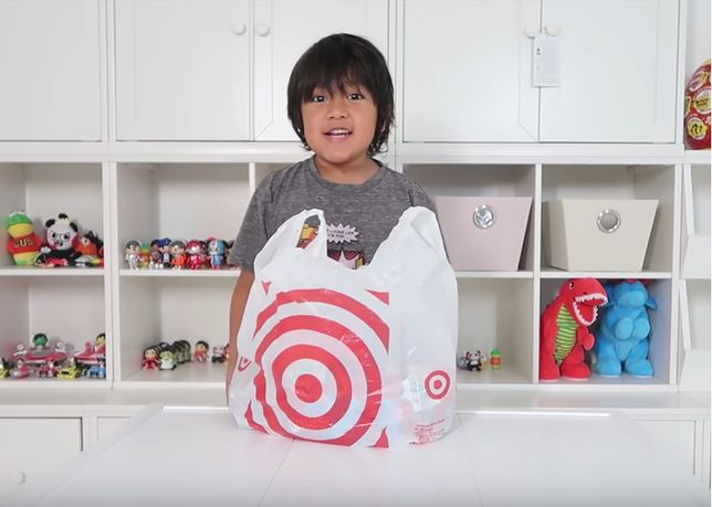 Ośmiolatek zarabia miliony na YouTube